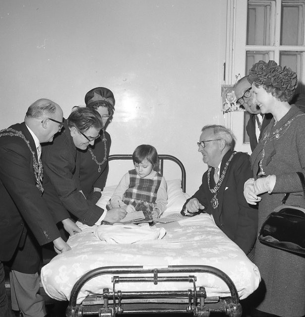 Harry Worth and Civic dignitaries -1964 What is the little girl thinking? | Chad 5653