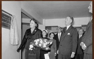 Lady Macmillan unveils the plaque. | kmh