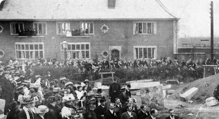 Crowds on the site of the new church. Forest Town Welfare Institute is in the background | Private Collection